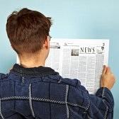 11438815-un-uomo-che-legge-la-notizia-sul-giornale